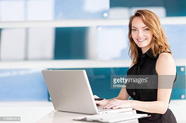 Jeune femme d'affaires au bureau moderne