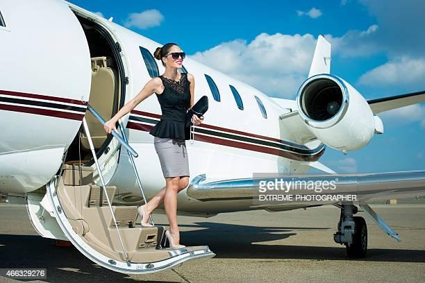 Jeune femme d'affaires, laissant un Avion à réaction