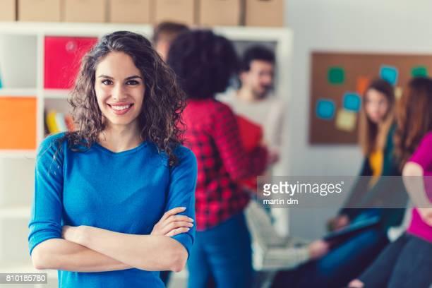 Jeune femme d'affaires regardant l'objectif