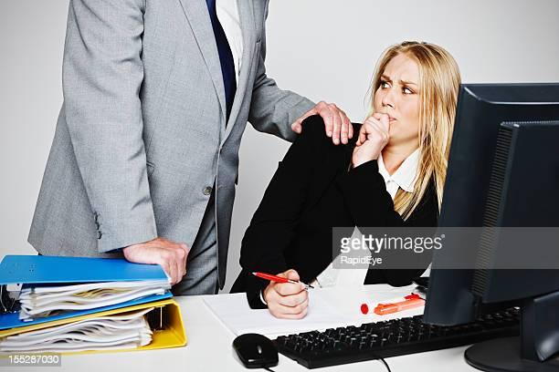 Jovem mulher de negócios tenta evitar lecherous mais Homem