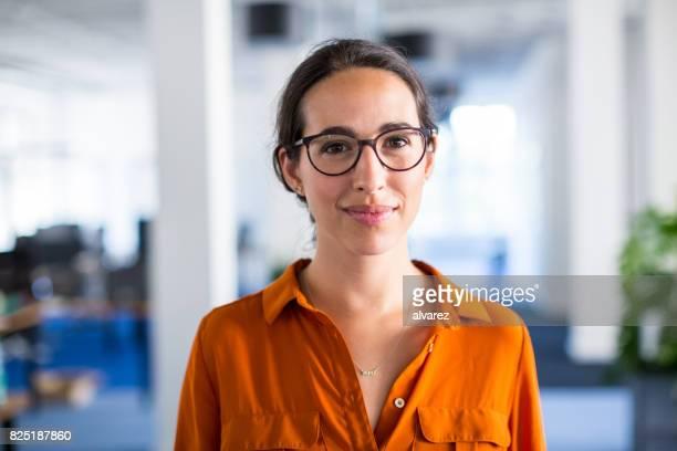 Junge Geschäftsfrau mit Brille im Büro