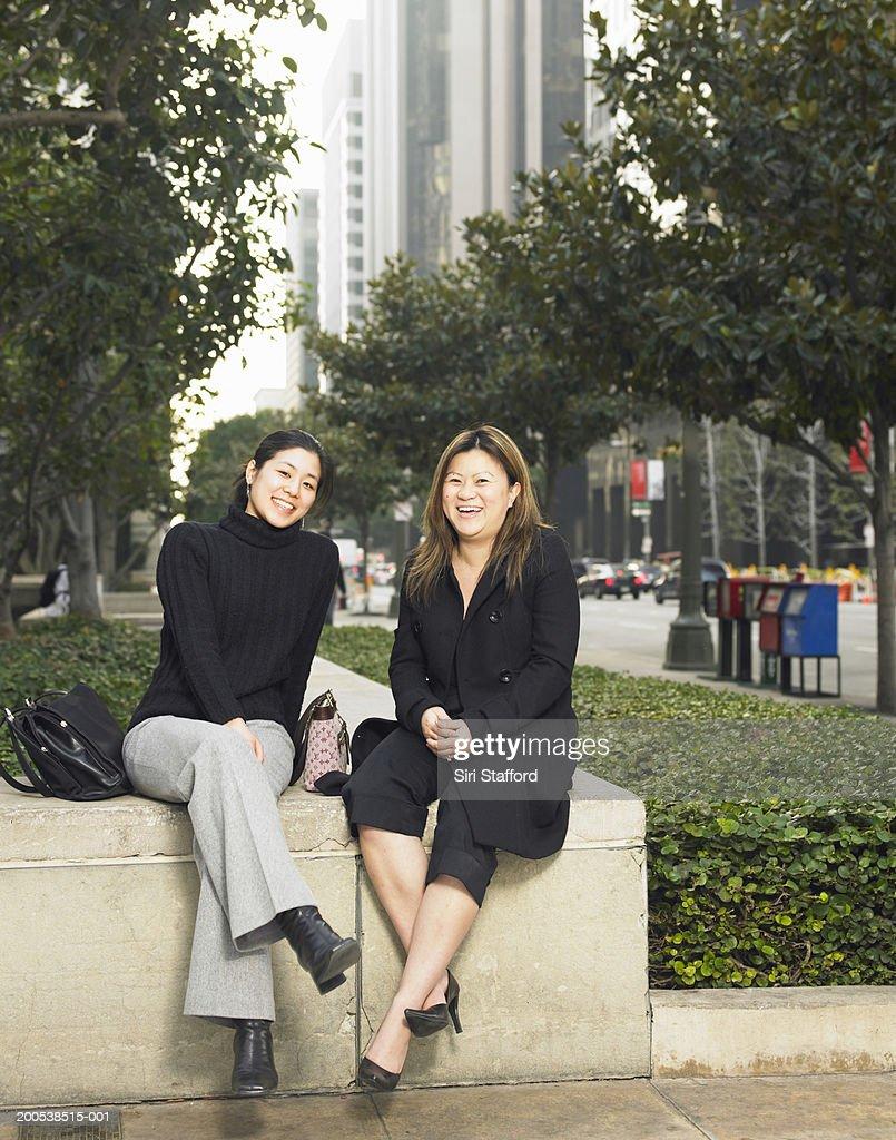 Young businesswomen taking break from work : Stock Photo