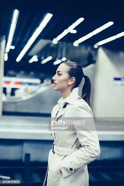 Jeune bussineswoman attend sur Quai de métro