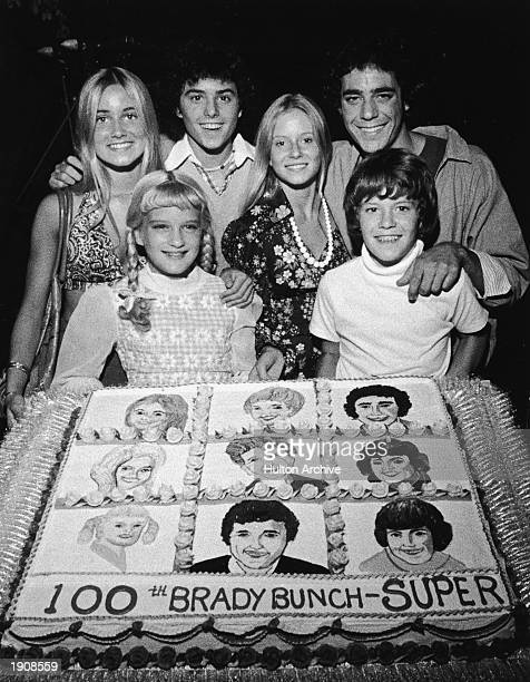 Young cast members of the television series 'The Brady Bunch' pose with a cake celebrating the show's 100th episode circa 1973 Maureen McCormick...