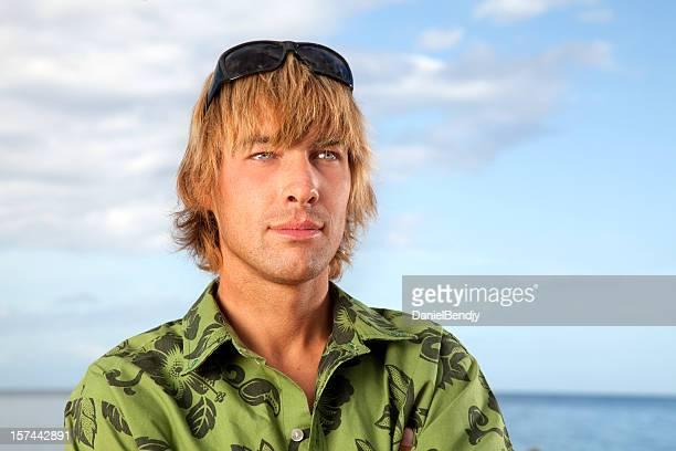 Junge kaukasischen Mann am Strand