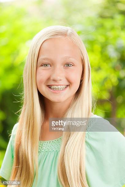 Jeune Caucasien Teen Girl Portrait avec bretelles dentaires dents