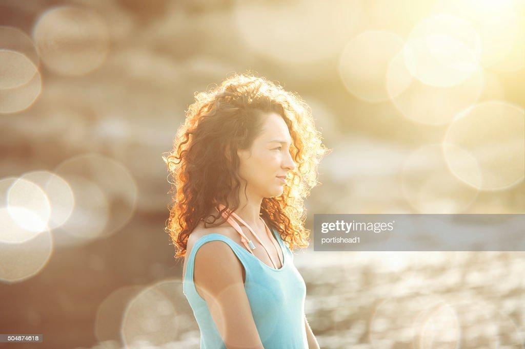 Jeune Caucasien blanc femme assise sur la plage : Photo