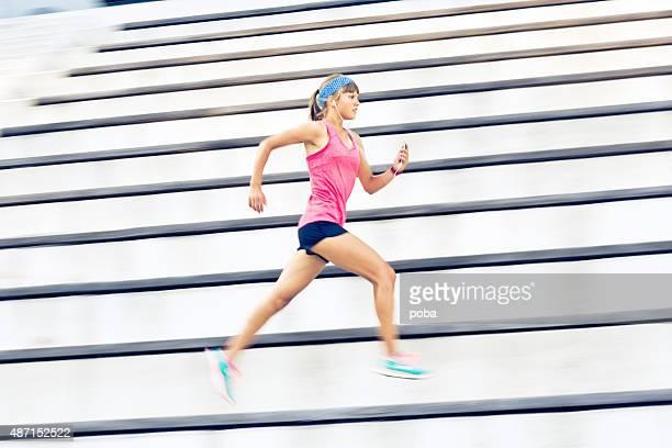 Junge kaukasischen Frau Laufen