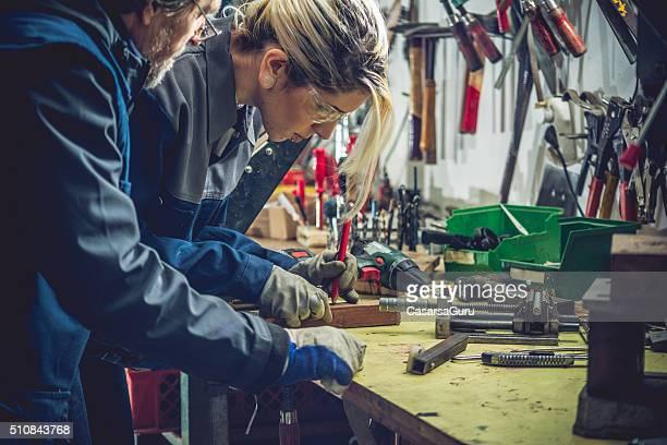 Junge kaukasischen Frau arbeitet in der Garage oder mechanische Workshop