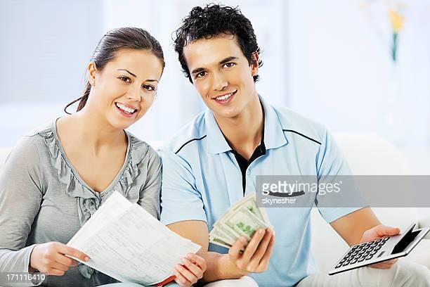 Junge fröhlich Ehepaar, die Ihre Steuern.