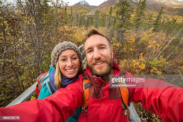 Junge fröhlich paar Wandern im Herbst nehmen selfie-Porträt