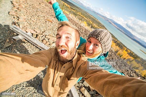 Junge fröhlich paar Reisen in Kanada ist selfie-Porträt