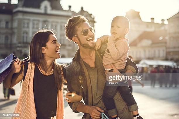 Junge Fröhliche Familie genießen shopping-Tag in der Stadt.