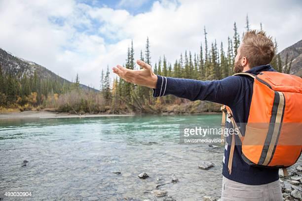 Junge fröhlich Mann am Fluss in der Natur.