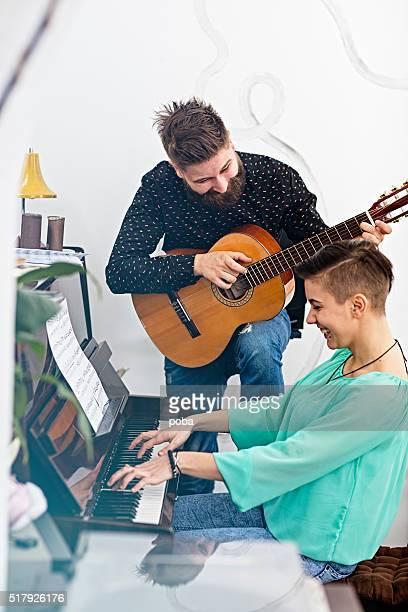 Jeune gai personnes jouant des instruments de