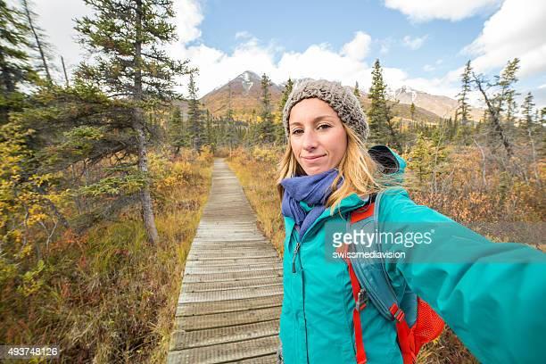 Junge fröhliche Frau Wandern im Herbst in Kanada.