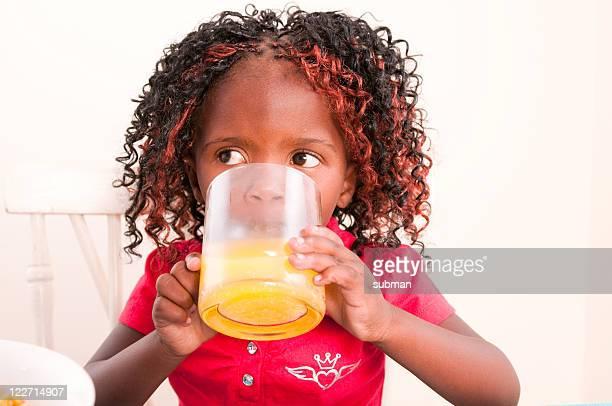 Giovane bambino con prima colazione