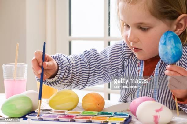 Junge Kind malen Ostereier.