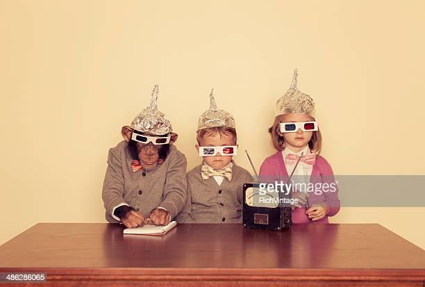 Bambini e Scimpanzé indossare occhiali Tinfoil cappelli