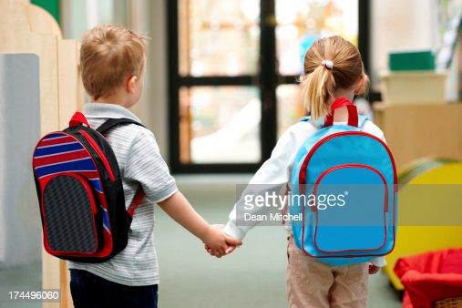 Crianças a caminhar para a escola