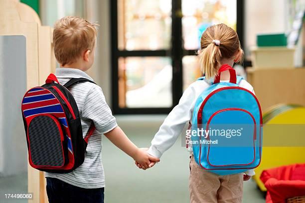 Junge Kinder zu Fuß zur Schule
