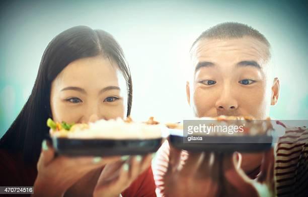 若いカップルのお料理を喜んでお迎えいたします。