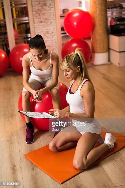 Giovane allenatore facendo un esercizio piano con di donna felice.