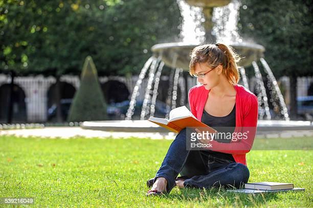 Junger Student Frau studieren