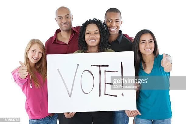 Jeunes étudiants tenant Vote! Panneau isolé sur blanc
