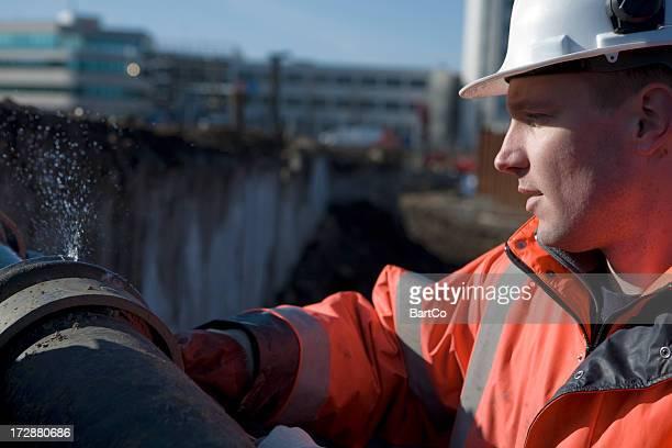 Jeune Travailleur de la construction sur un bâtiment foyer