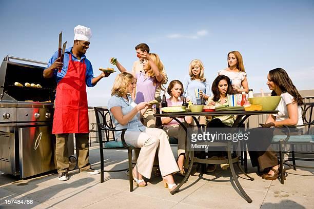 Junge und seine Freunde kochen zusammen in einem Barbecue-Party