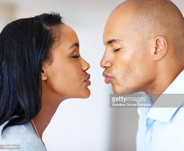 Jovem Casal sobre a Beijo