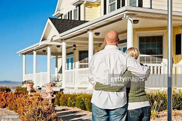 Jeune Couple profitant de leur nouvelle maison