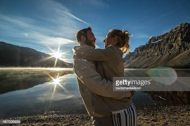 Jeune couple sur le bord de lac être soignés.
