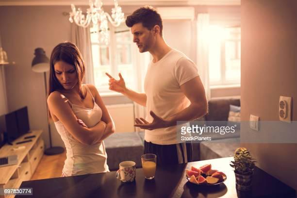 Junges Paar zu Hause streiten.