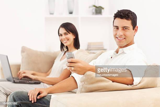 Junges Paar auf der Couch zu Hause