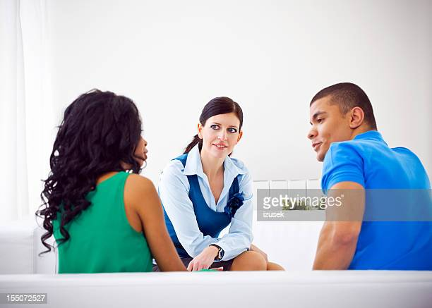 Conseiller jeune couple au mariage