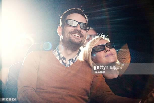 若いカップルで映画をご覧になるのに映画