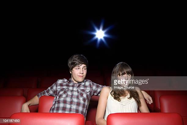 Pareja joven en el cine