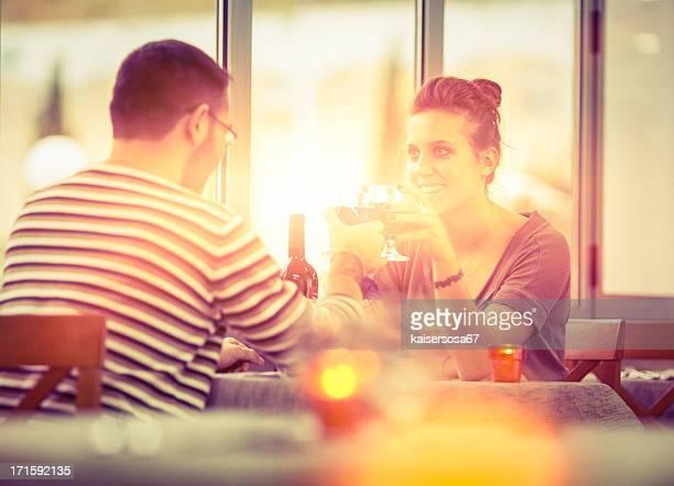 Giovane coppia presso il ristorante