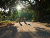 Junges Paar, Radfahren auf Schotterstrecke