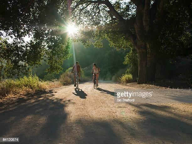 Giovane Coppia in bicicletta in Strada in terra battuta