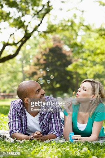Young couple blowing bubbles : Stock-Foto