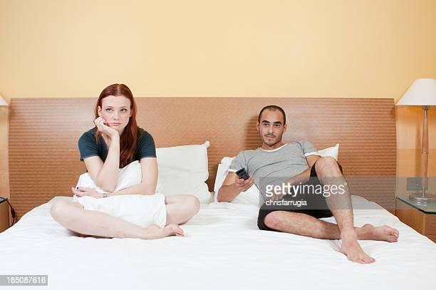 Giovane coppia stanco in camera da letto