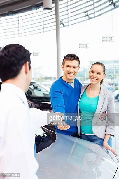 Junges Paar Kauf eines Autos