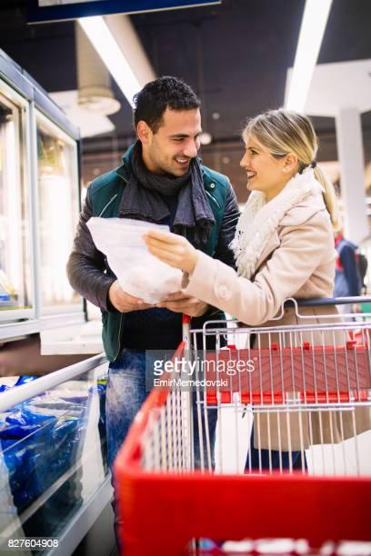 Jong koppel kopen van boodschappen in een supermarkt