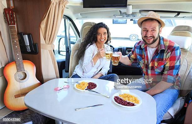Junges Paar Jubeln in einem Wohnwagen