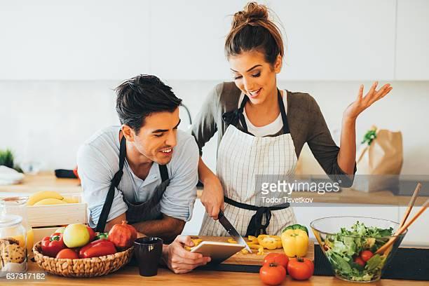 Giovane coppia di cucina in cucina