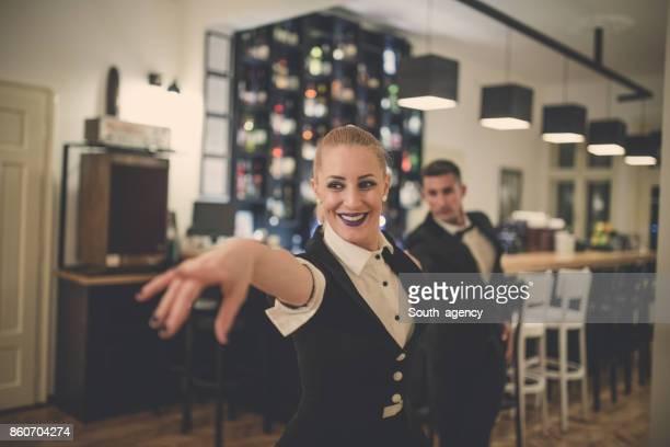 Jeune couple dansant au café