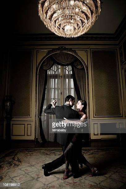 Jeune Couple dansant le Tango dans la chambre élégante